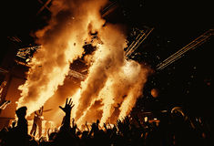 Толпа силуэта ночного клуба вручает вверх на этапе пара стоковые фотографии rf