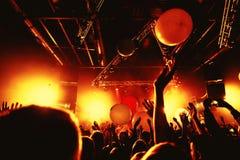 Толпа силуэта ночного клуба вручает вверх на этапе пара стоковые фото