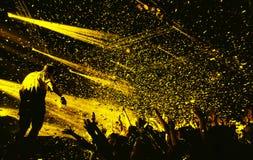 Толпа силуэта ночного клуба вручает вверх на этапе confetti стоковые фото