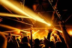 Толпа силуэта ночного клуба вручает вверх с entertanment мухы стоковые изображения rf