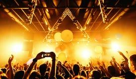 Толпа силуэта ночного клуба вручает вверх с entertanment мухы стоковые изображения