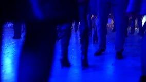 Толпа танцует к музыке на диско сток-видео