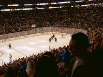 Толпа Топтыгинов празднует цель хоккея на льде стоковое фото