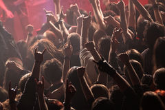 Толпа тряся на концерте стоковое изображение