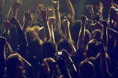 Толпа тряся на концерте стоковое изображение rf