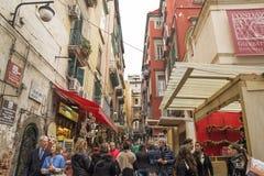 Толпа туристов в античной улице - через Сан Gregorio Armeno, Неаполь Стоковое фото RF