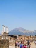 Толпа туристов в Помпеи с Mount Vesuvius на заднем плане Стоковое Фото