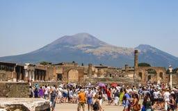 Толпа туристов в Помпеи с Mount Vesuvius на заднем плане Стоковая Фотография