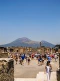 Толпа туристов в Помпеи с Mount Vesuvius на заднем плане Стоковые Фото