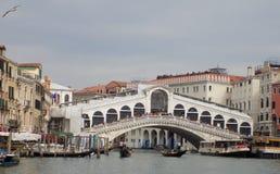 Толпа туристов над мостом Rialto в Венеции, Италии Стоковое Изображение RF