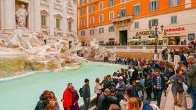 Толпа туристов посещая фонтаны Trevi в историческом районе Рима Стоковое Изображение RF