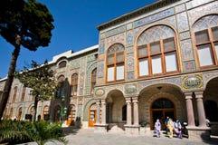 Толпа туристов приходит от яркого дворца Golestan персиянки и идет к саду Стоковое Изображение RF
