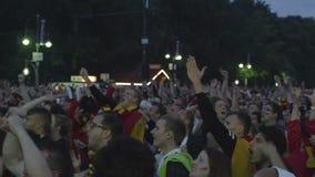 Толпа футбола людей наблюдая видеоматериал
