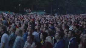 Толпа футбола людей наблюдая сток-видео