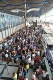 Толпа людей в авиапорте разделения queue Стоковые Изображения RF