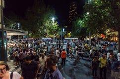Толпа людей в Мельбурне во время белой ночи стоковое изображение rf