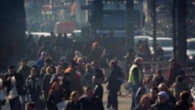 Толпа людей глубоко в городе Bokeh видеоматериал