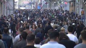 Толпа людей идя /Istanbul/Taksim апреля 2014 сток-видео
