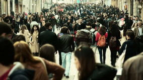 Толпа людей идя /Istanbul/Taksim апреля 2014 видеоматериал