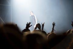 Толпа людей наслаждаясь тазобедренным концертом рэпа хмеля Стоковая Фотография