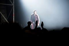 Толпа людей наслаждаясь тазобедренным концертом рэпа хмеля Стоковые Фотографии RF