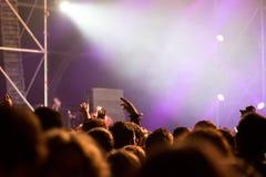Толпа людей наслаждаясь тазобедренным концертом рэпа хмеля Стоковое фото RF