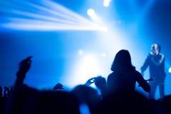 Толпа людей наслаждаясь тазобедренным концертом рэпа хмеля Стоковое Изображение