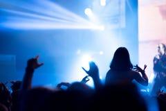 Толпа людей наслаждаясь тазобедренным концертом рэпа хмеля Стоковое Изображение RF