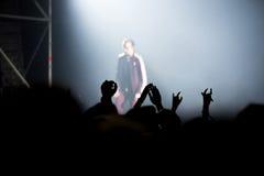 Толпа людей наслаждаясь тазобедренным концертом рэпа хмеля Стоковые Фото