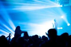 Толпа людей наслаждаясь тазобедренным концертом рэпа хмеля Стоковая Фотография RF