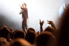 Толпа людей наслаждаясь тазобедренным концертом рэпа хмеля Стоковые Изображения
