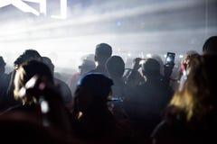 Толпа людей наслаждаясь электронным концертом на фестивале Стоковые Изображения RF