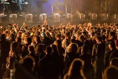 Толпа людей наслаждаясь электронным концертом на фестивале Стоковое Изображение RF