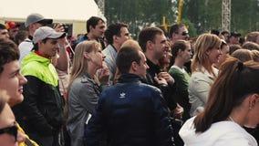 Толпа людей остается на песке в парке смелости Фестиваль лета Молодость акции видеоматериалы