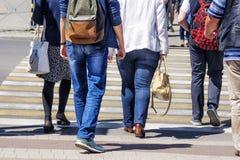 Толпа людей пересекая улицу в городе Стоковые Фото