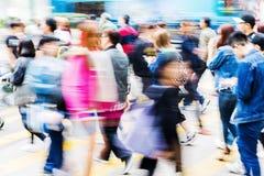 Толпа людей пересекая улицу Стоковое Фото