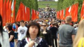 Толпа людей поднимает на Mamayev Kurgan акции видеоматериалы