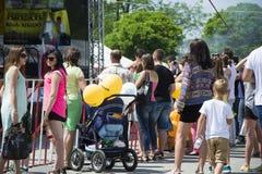 Толпа людей под этапом Стоковые Изображения RF