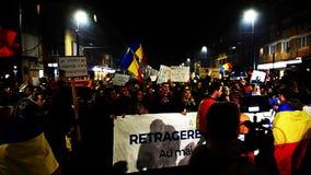 Толпа людей протестуя против политиков румына коррумпированных сток-видео