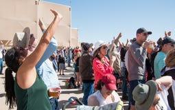 Толпа людей смотря вверх Стоковые Фото