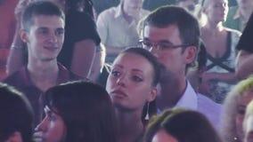 Толпа людей стоит на партии в ночном клубе с коктеилями зрелищность смелости праздники видеоматериал