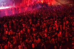 Толпа людей танцуя на концерте Стоковая Фотография