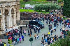 Толпа toursits ждать вход к миру известному Colosseum в Риме стоковые фото