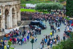 Толпа toursits ждать вход к миру известному Colosseum в Риме стоковая фотография rf