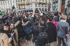 Толпитесь вне здания модного парада Gucci на неделя 2015 моды людей милана Стоковая Фотография
