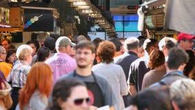 Толпитесь покупки в рынке Boqueria Ла в Барселоне