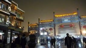 Толпитесь прогулка на рынок ноче Чайна-тауна, Китая Пекина, мемориальный свод & фонарик акции видеоматериалы