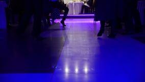 Толпитесь partying на партии диско - люди танцев на зеркале пола видеоматериал