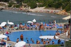 Толпить бассейн в гостинице стоковое изображение