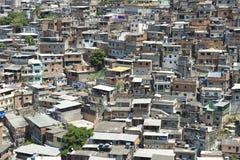 Толпить бразильский городок хибарки Рио-де-Жанейро Favela горного склона Бразилия Стоковое Изображение